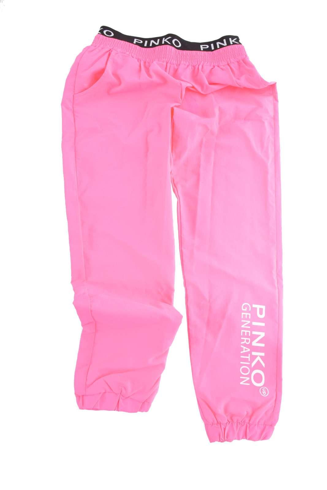 Un pantalone fashion quello proposto dalla collezione Pinko bambina.  Da indossare nelle giornate estive per fare attività fisica.  Da abbinare con una t shirt è perfetta.