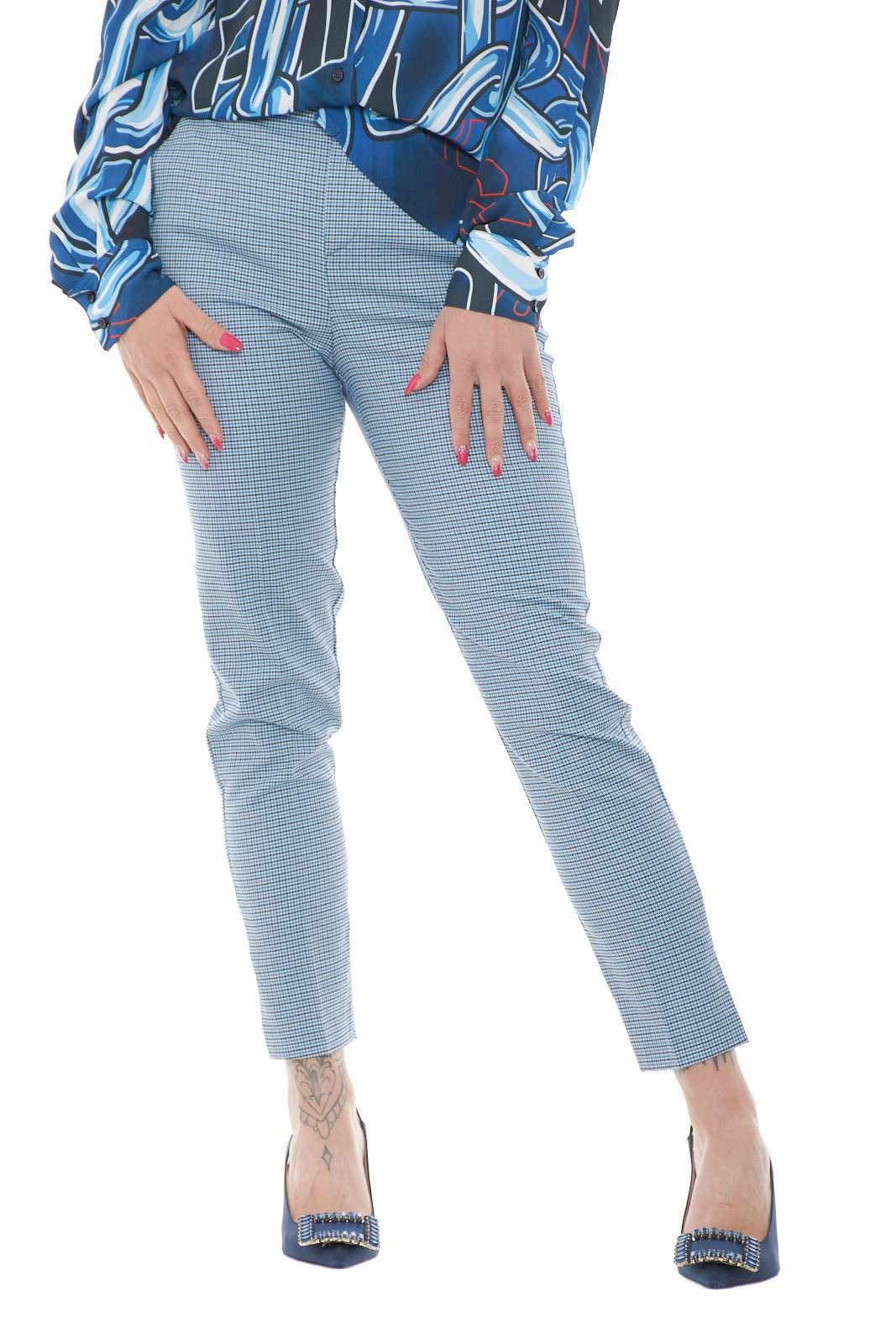 Scopri il nuovo pantalone proposta per la collezione primavera estate di Blumarine. La delicata fantasia pied de poule si impone su un capo dalla vestibilità slim e dal taglio forale. Da abbinare a bluse o camicie, è una soluzione per i look più formali.