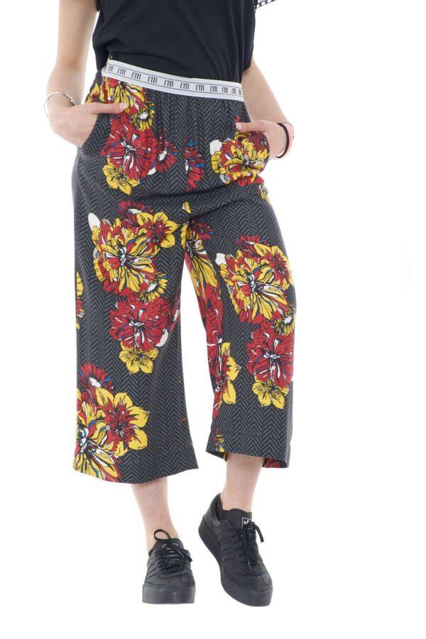 Un pantalone chi e morbido quello firmato dalla collezione I'm Isola Marras. Caratterizzato dalla fascia in vita con i loghi del brand, colpisce per la sua particolare fantasia a fiori. Da abbinare sia con un tacco alto che con una sneakers si adatta ad ogni look.