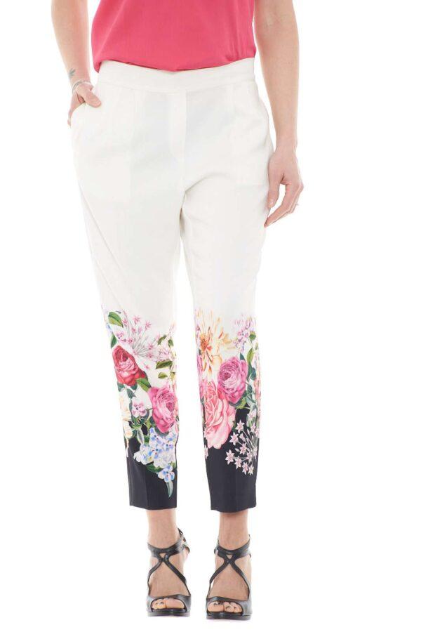 Un pantalone elegante e raffinato quello proposto dalla collezione donna Blumarine. Da indossare con una giacca o un top garantisce eleganza e stile. La linea slim è impreziosita dalla fantasia floreale sul fondo per un risultato chic e versatile.
