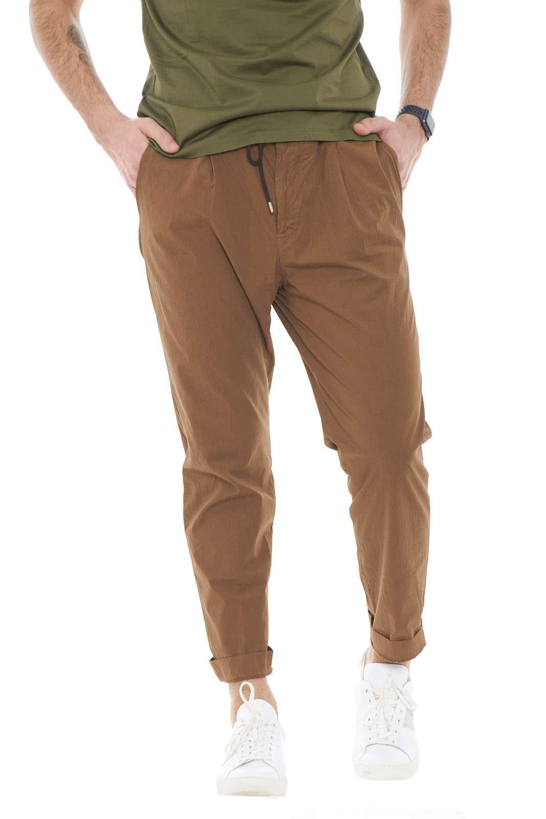 Un pantalone trattato per dare aspetto e caratteristiche particolari, firmato Jeordie's.  Perfetto per outfit formali, trendy e impeccabili, dove con stupirai con stile e semplicità.