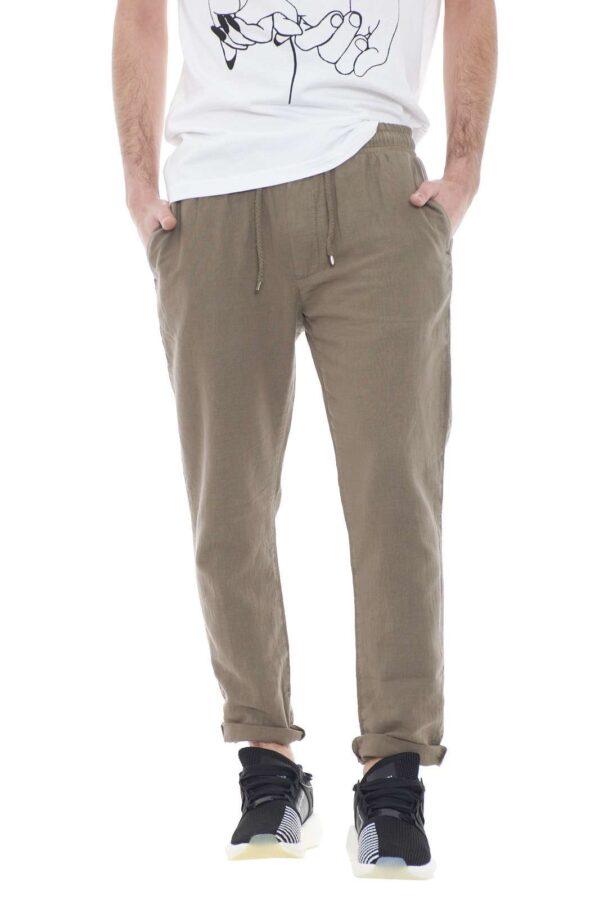 Un pantalone semplice e comodo, quello proposto da Laboratori Italiani.  Da indossa nelle occasioni di tutti i giorni o nel tempo libero per la sua comodità.  Da abbinare ad una t shirt è perfetto.