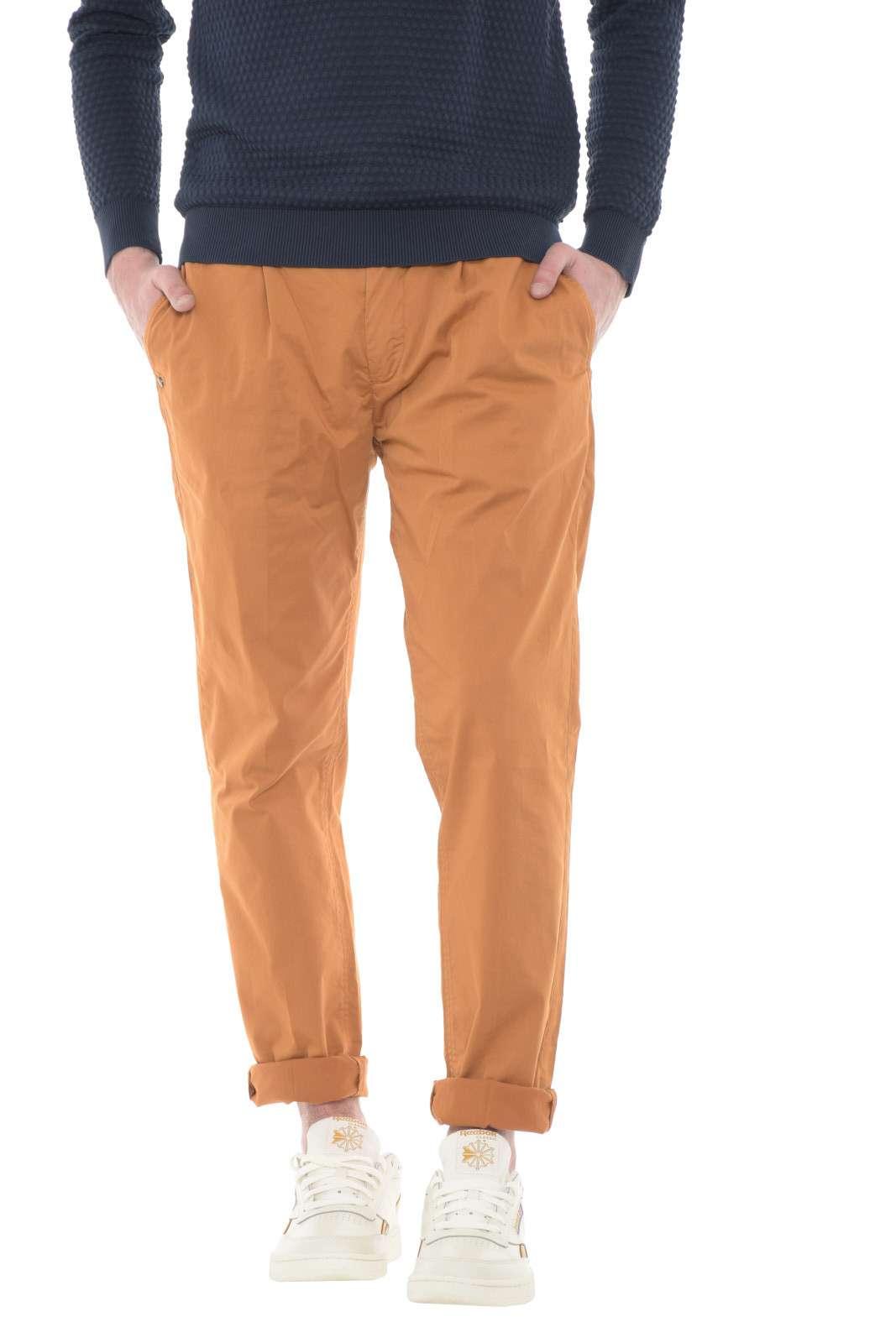 Elegante e classico il pantalone firmato NOlab. Da indossare nelle occasioni formali e non, adatto ad ogni tipo di look. E' perfetto se abbinato ad una camicia o una t shirt.