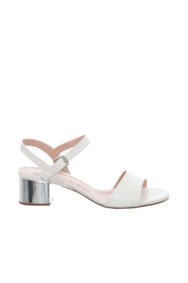 Un sandalo particolare e innovativo, il modello DIVINA di Roberto Festa.  Caratterizzato da un classico cinturino alla caviglia con fibbia regolabile, e da un mezzo tacco completamente specchiato, per un effetto davvero unico.