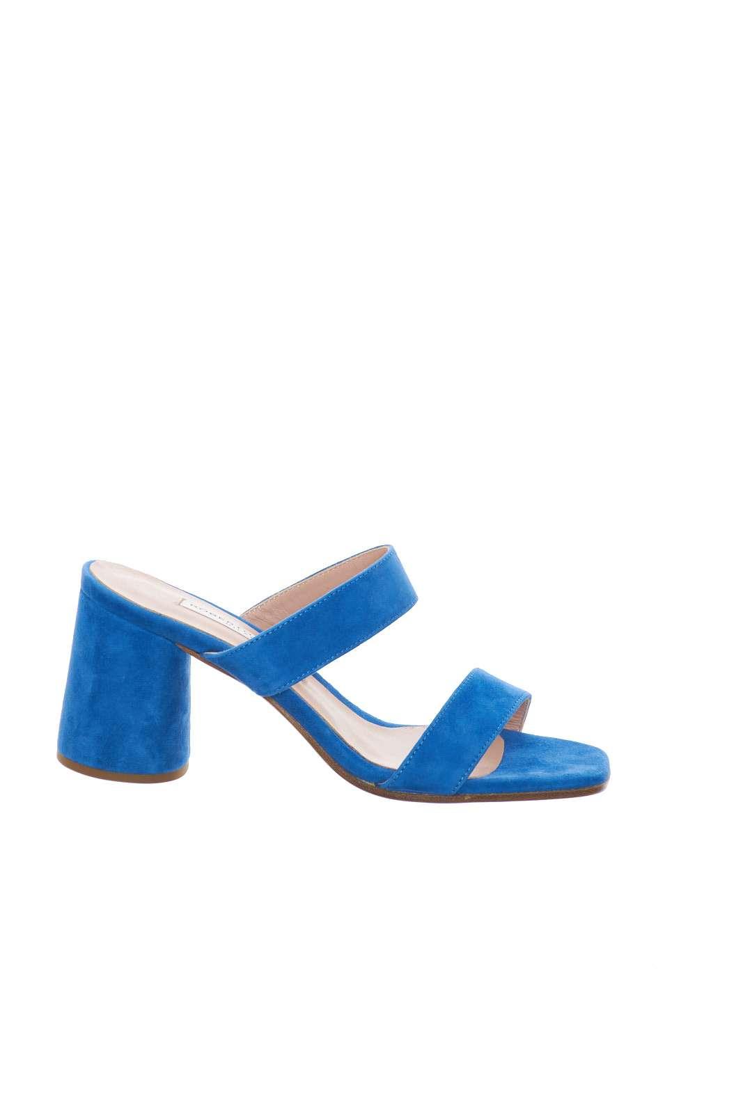 Un sandalo colorato e trendy, perfetto per outfit primaverili accesi e sgargianti.  Ideale per essere abbinato a vestitini o pantaloni cropped, per andare a completare look fashion e vivaci.