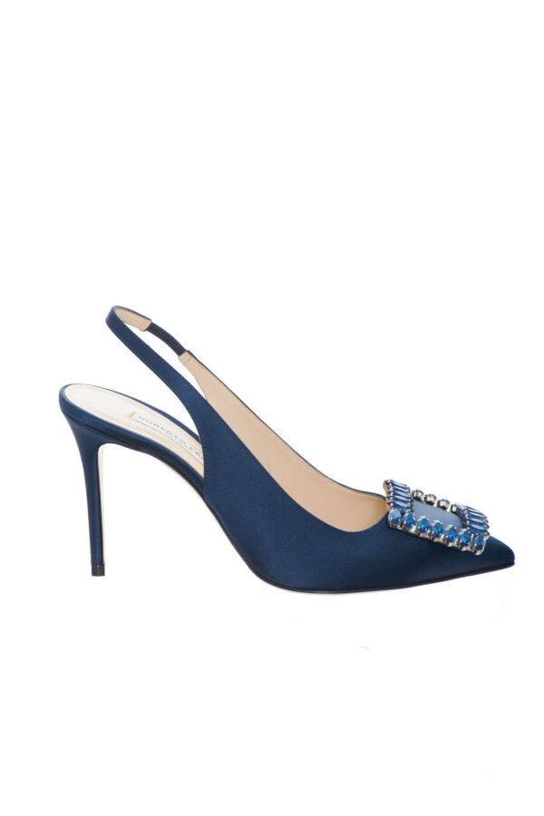 Un sandalo unico, chic e allo stesso tempo ricercato, quello firmato Roberto Festa.  Un maxi gioiello in punta concentra su di se tutta l'attenzione, per una calzatura che regalerà ad ogni outfit un tocco esclusivo.