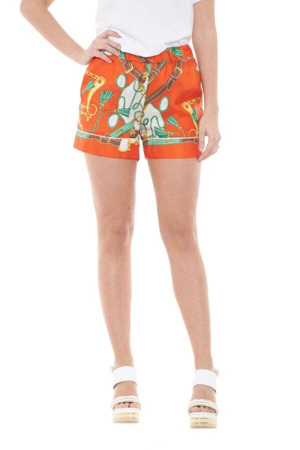 Un pantalone corto da donna fresco e dal gusto versatile quello firmato dalla collezione donna Parosh. Da abbinare con un top o con una blusa è un capo perfetto sia con sneakers che con texani. Un vero must della bella stagione.