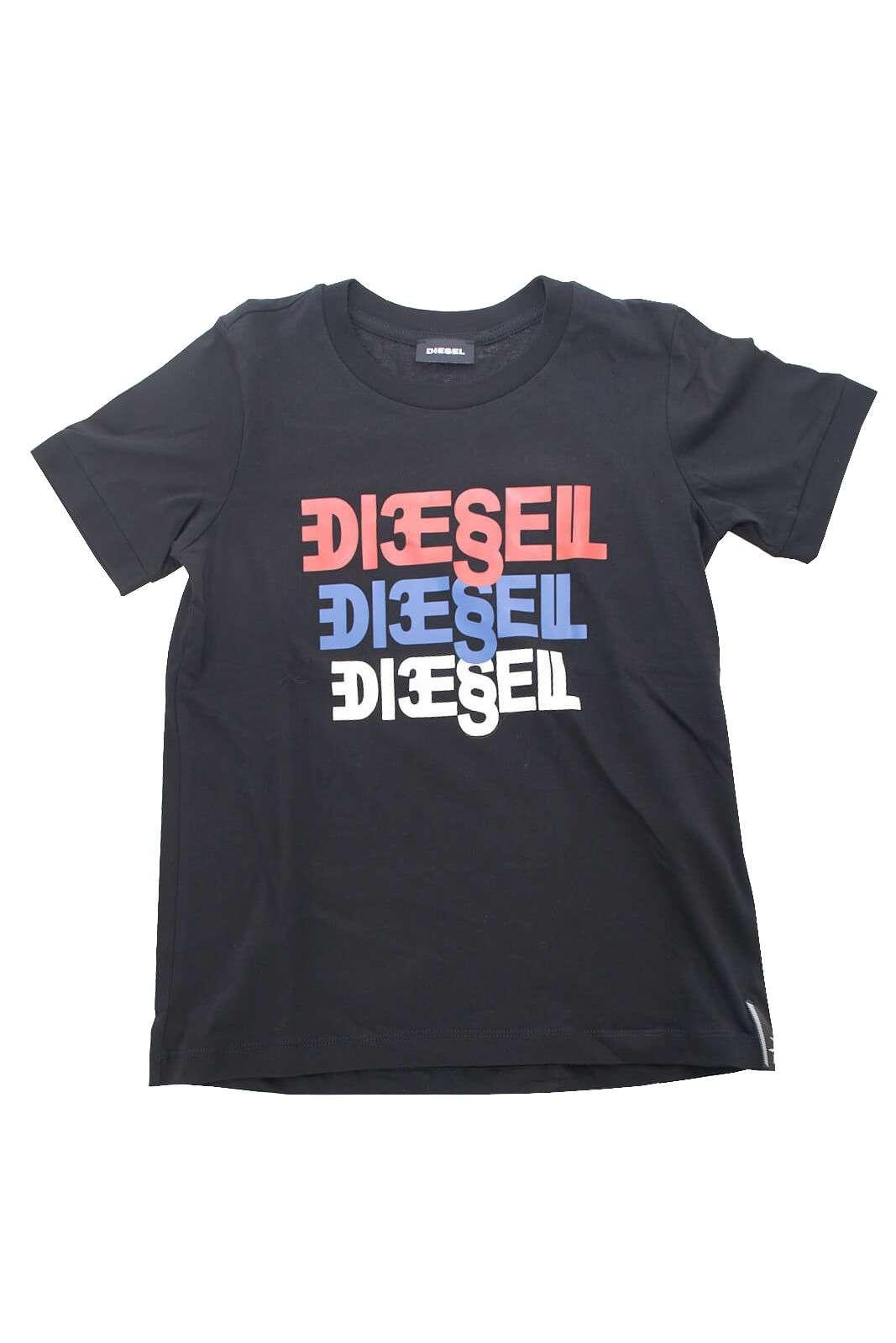 Una shirt da bambino in cotone per la stagione junior proposta da Diesel.  Un capo basic ed essential da indossare sia nei pomeriggi di svago che per la scola.  Un'icona della moda bimbo.
