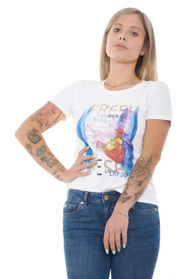 Una T shirt dallo stile fresco e pensato appositmente per la bella stagione quella firmata dalla collezione donna Liu Jo. Un capo in cotone dalla vestibilità slim comodo e adatto ad ogni look. Pensato per il guardaroba di ogni donna per unire semplicità e glamour style.