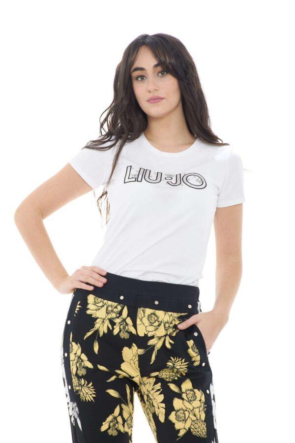 Lasciati conquistare dalla nuova T shirt firmata dalla collection primavera estate Liu JO.  Slim fit per eccellenza si caratterizza per il suo comodo jersey di cotone.  Da abbinare con jeans o con uno short è versatile e cool.