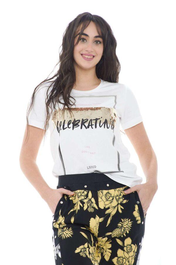 Un capo evergreen la T shirt proposta dalla collezione donna Liu Jo Sport. Una linea minimal impreziosita dalla stampa e dalle paillettes è caratterizzata da dettagli come il risvolto cucito alla manica. Un essential della moda primavera estate.