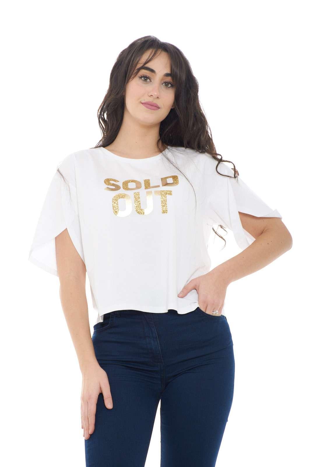 Una T shirt dalla vestibilità oversize per la collezione donna Liu Jo Sport.  La stampa con glitter e lurex la rende elegante e ricercata.  Un capo da street style perfetto sia con pantaloni sportivi che con un semplice paio di jeans.