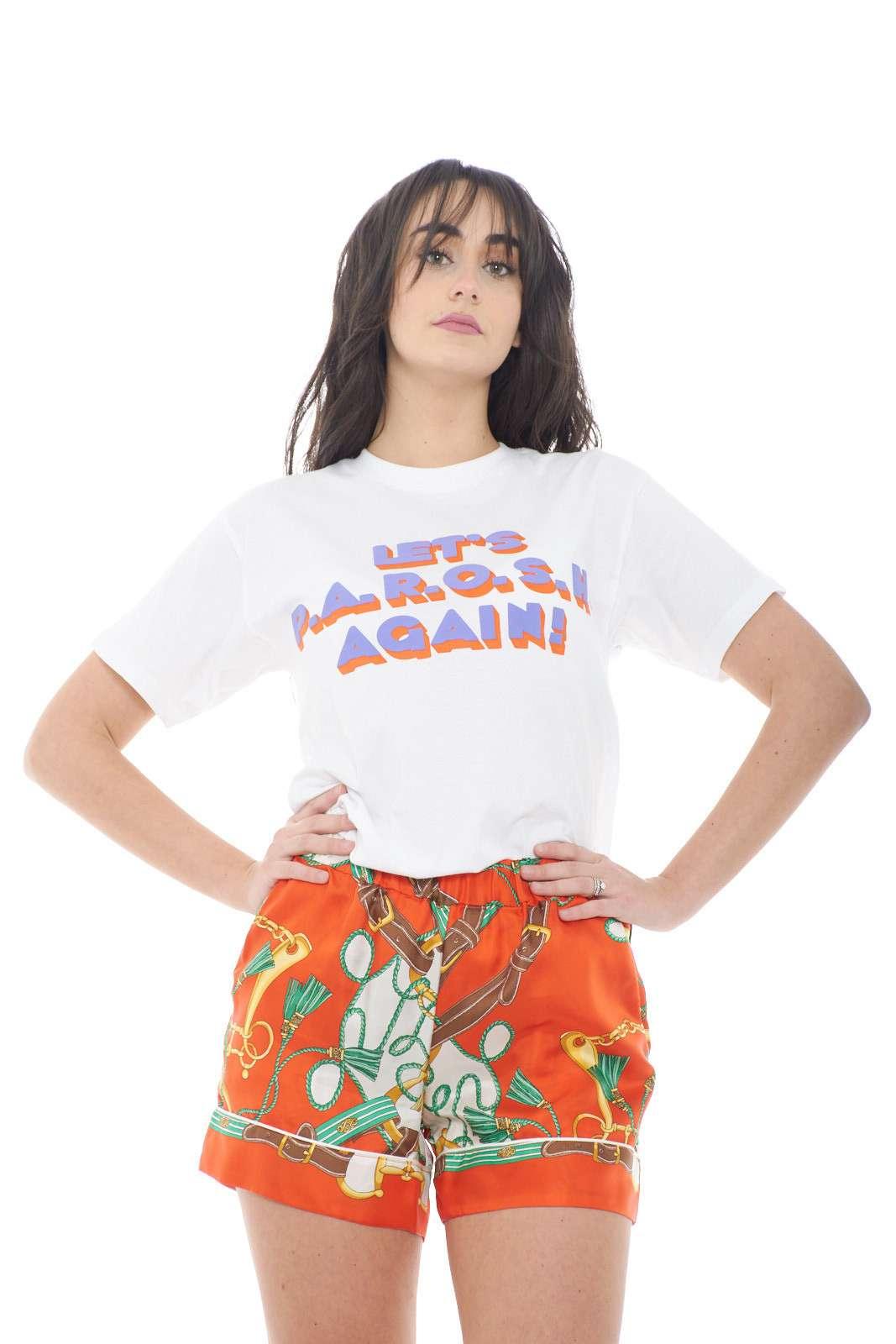 Una T shirt iconica quella firmata dalla collezione donna Parosh. Da indossare con un jeans o con una gonna conquista sia i look casual che quelli impegnati. Un capo immancabile nel gardaroba femminile per aver cura di ogni dettaglio.