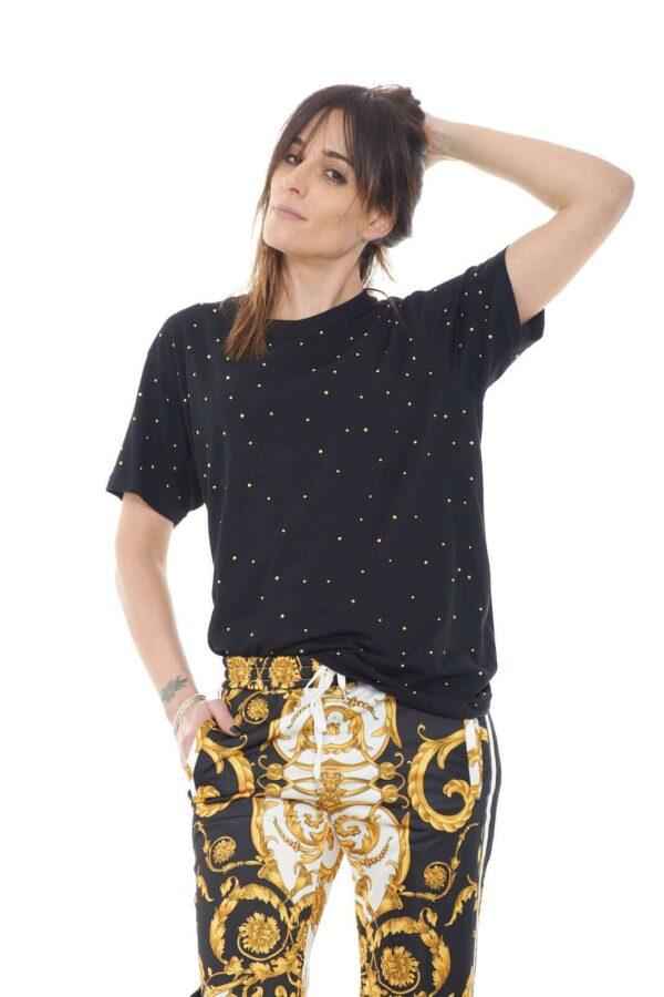Scopri la nuova T shirt proposta dalla collezione donna Parosh e la sua versatilità. Il classico girocollo con maniche corte si impone su una vestibilità morbida resa raffinata dall'applicazione di borchie in metallo. Un evergreen della bella stagione da indossare con ogni look.