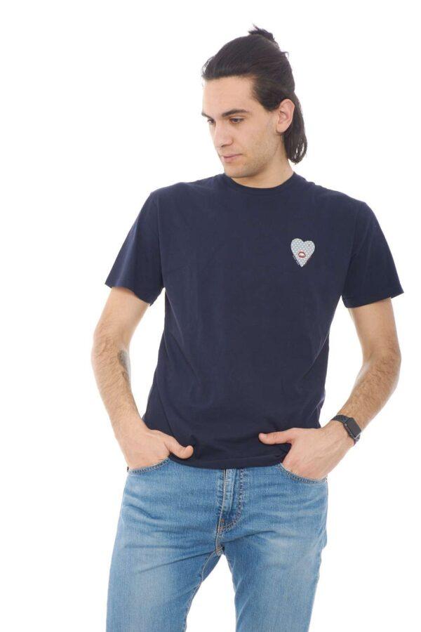 Una T shirt minimal quella firmata dalla collection Daniele Alessandrini. Un gusto quotidiano per i look più casual da indossare sia con jeans che con bermuda. Caratterizzata dalla piccola stampa al petto cuore con bocca, conquista per i suoi dettagli.