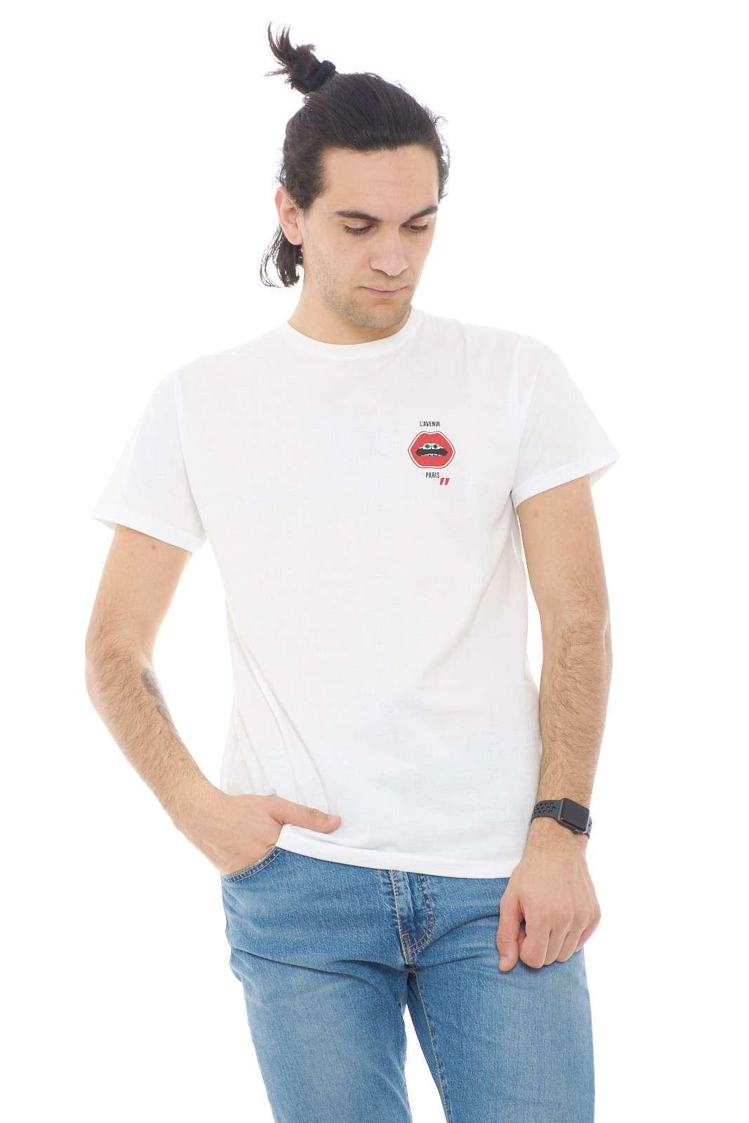 Scopri la T shirt firmata dalla collezione Daniele Alessandrini primavera estate. Unna linea minimal da indossare con i look più casual da abbinare con ogni look. Un capo unico e versatile per il proprio guardaroba.