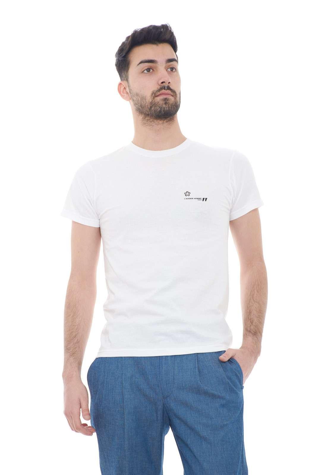 Un effetto minimal per la nuova T shirt proposta dalla collezione uomo Daniele Alessandrini.  Il tessuto in jersey di cotone si impone con un effetto basic per un risultato chic.  Da abbinare con ogni stile è un evergreen.
