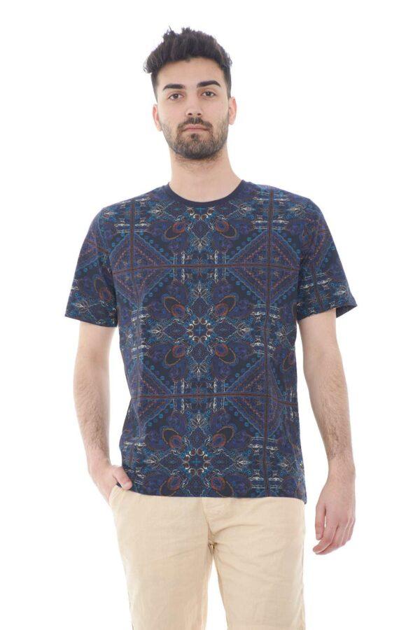 Una T shirt tutta da scoprire quella firmata dalla collezione uomo Daniele Alessandrini. Il taglio dalla vestibilità slim si impone su una fantasia floreale stilizzata per rendere fashion il proprio look. Un must have della bella stagione.