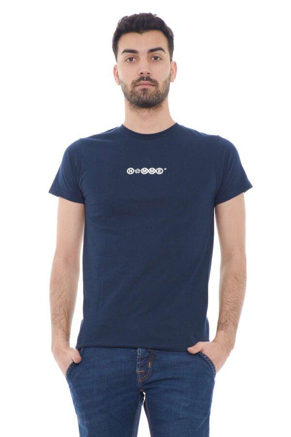 Una T shirt veloce e fashion quella firmata per la collezione uomo Daniele Alessandrini.  Un capo essenziale dal colore tinta unita e la piccola stampa al petto in contrasto.  Da indossare sia con un bermuda che con un jeans è una soluzione per i look più informali.
