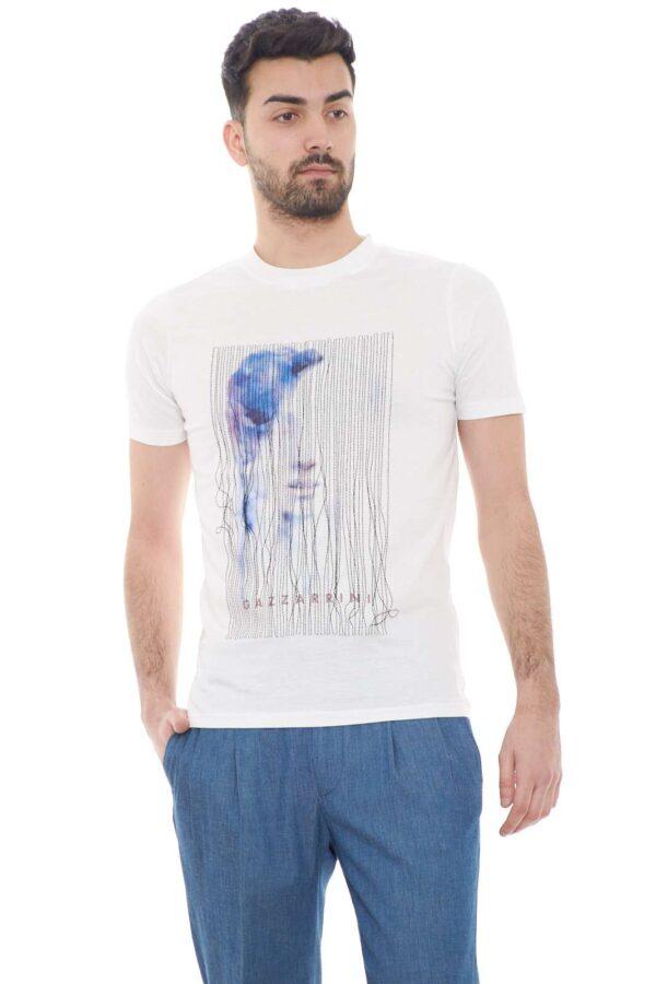 Elegante e dallo stile fashion la T shirt firmata dalla collezione uomo Gazzarrini.  Da abbinare a jeans o a bermuda è un must have della stagione primavera estate.  Un essential.