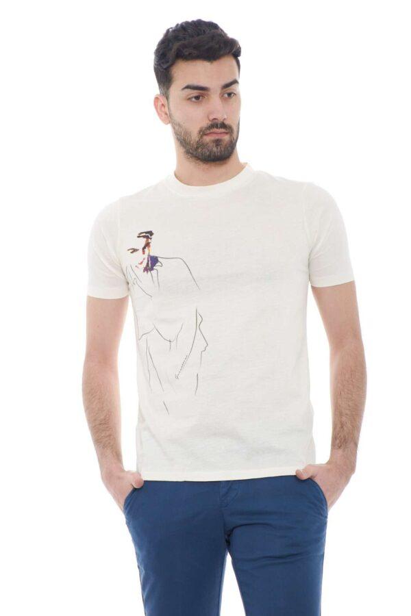Elegante e versatile la nuova T shirt proposta per la collezione uomo Gazzarrini.  Uno stile regolate impreziosito dalla stampa minimal sul davanti.  Scopri un capo glamour e versatile per vestire al meglio le giornate estive.