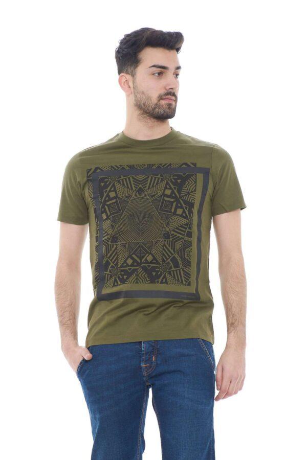 Scopri la nuova T shirt uomo proposta dalla collezione Hamaki Ho.  Il taglio basic è impreziosita dalla stampa geometrica per un risultato chic e raffinato.  Un essential della bella stagione da indossare sia con jeans che con bermuda.