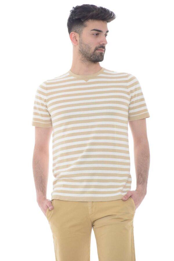 Una maglia a maniche corte semplice e rigata quella proposta da Hamaki-Ho. Perfetto da indossare con un jeans o un bermuda. Da mettere nel tempo libero o per andare a lavoro.
