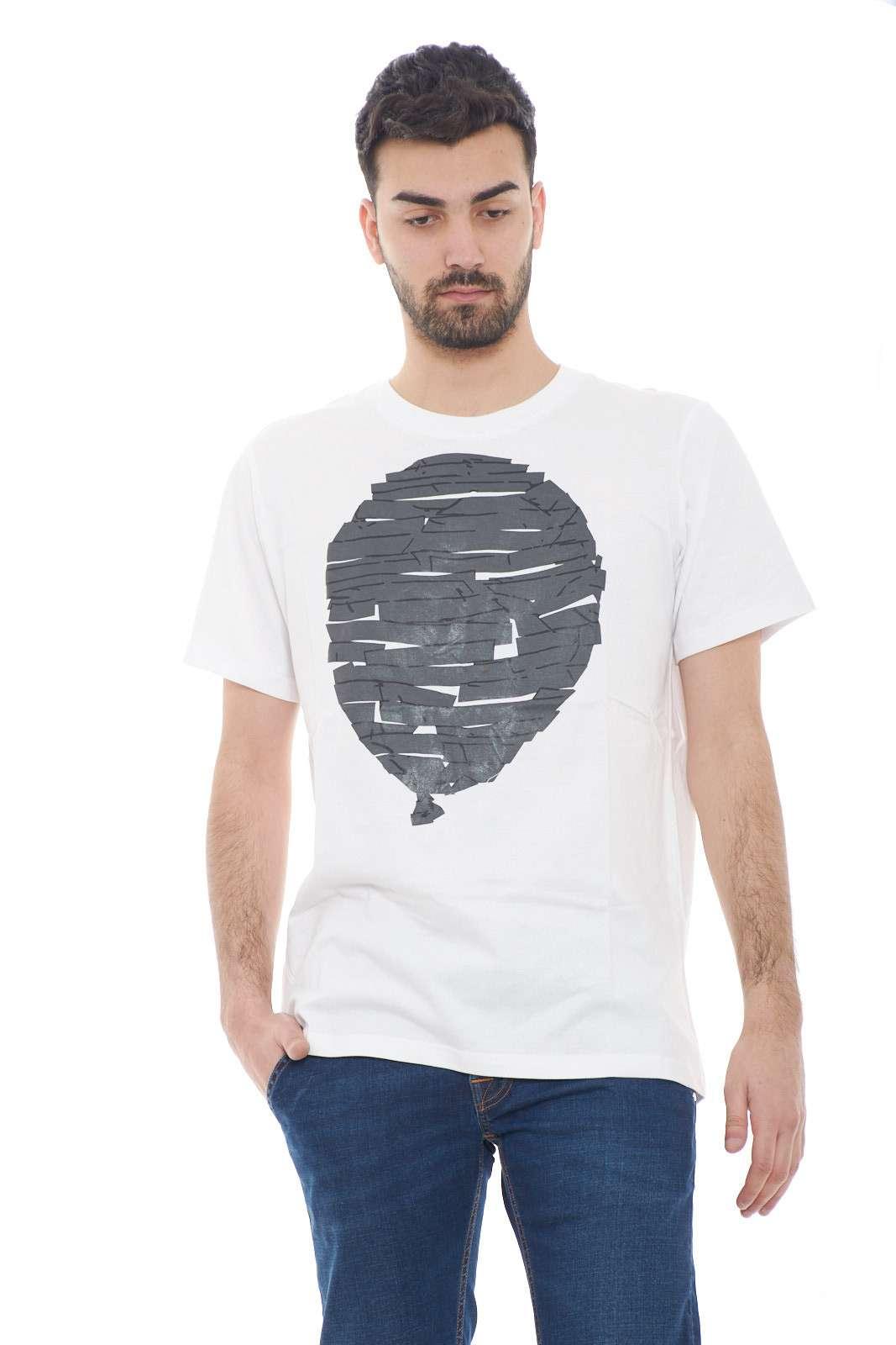 Scopri la nuova T shirt uomo firmata dalla collezione Malph.  Una simpatica maglia con una stampa gommata da indossare con gli stili più fashion.  Un essential per la collezione uomo.