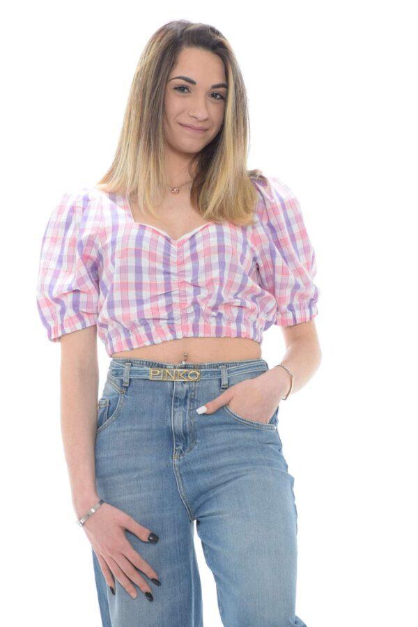 Scopri il top con fantasia a quadri creato dalla collezione Dixie. Da indossare con un jeans o un pantalone a vita alta, veste con spirito cool le calde estati. Un capo dal gusto vintage per un revival unico.
