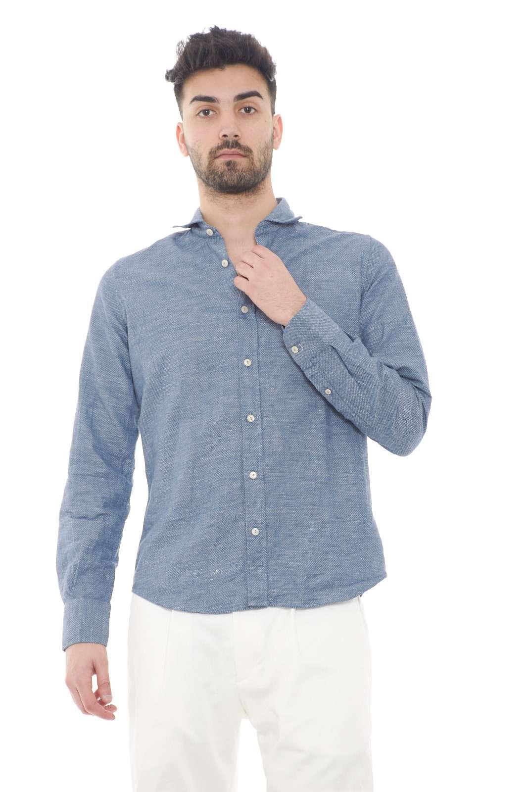 Una camicia in microlavorazione quella firmata Portofiori. Sarà l'ideale per le tue occasioni più importanti, dove abbinata con una pantalone, o anche un jeans, risulterà irresistibile.