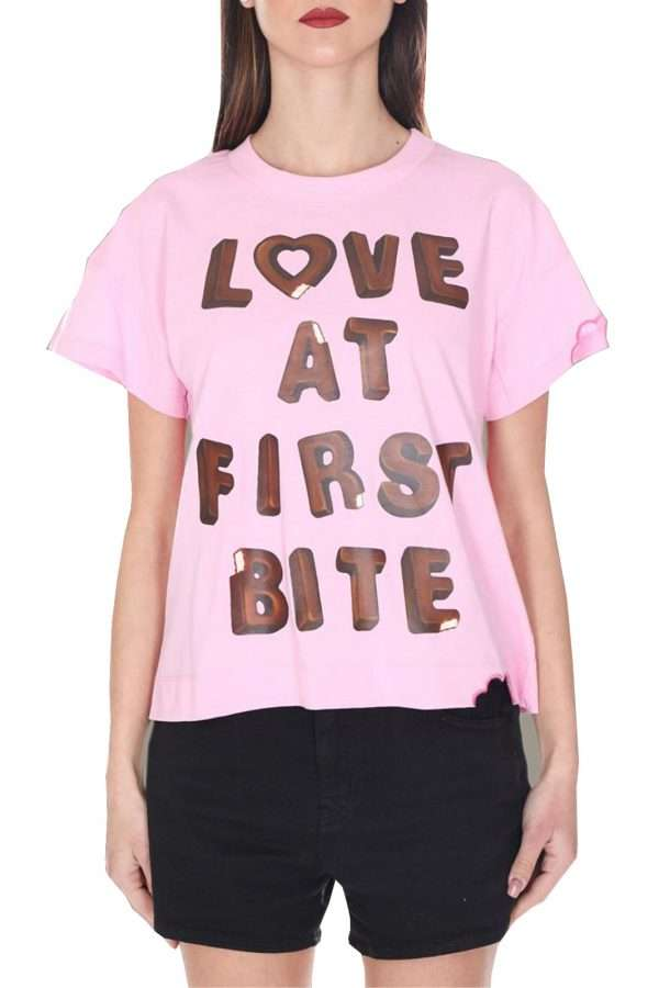 Una t shirt unica quella firmata Love Moschino. Da indossare nelle calde giornate estive, grazie al tessuto in cotone. Da abbinare ad un jeans, una gonna o uno short è un must have.