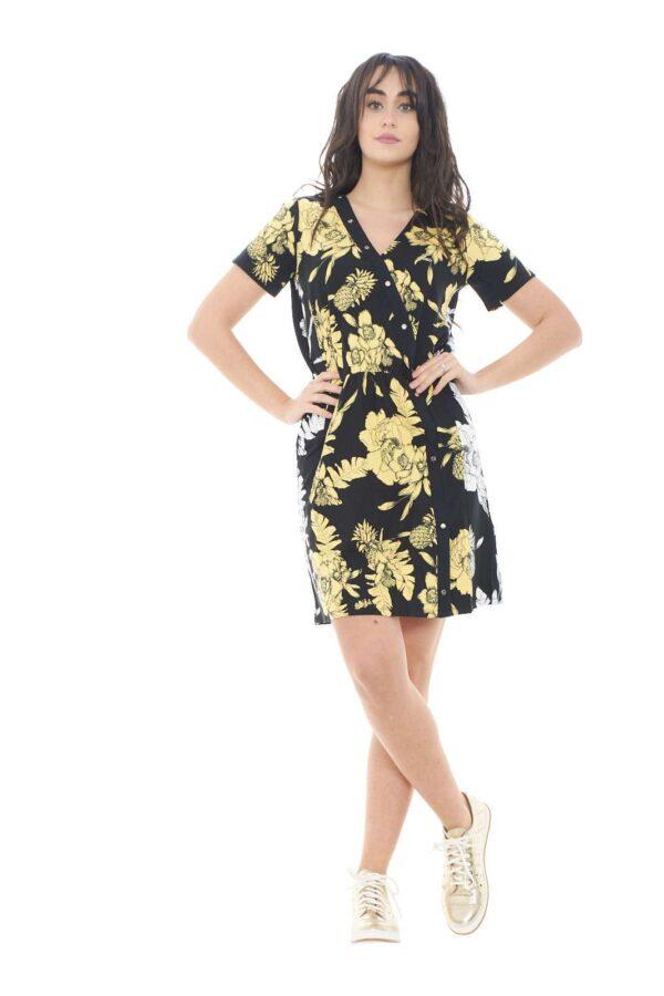 Glamour e giornaliero, lasciati affascinare dall'abito a fantasia floreale proposto dalla collezione donna Liu Jo Sport. Il taglio stile vestaglia è esaltato dal taglio in tinta unita con applicate le borchie logo del brand. Femminile e versatile veste con gusto la bella stagione.