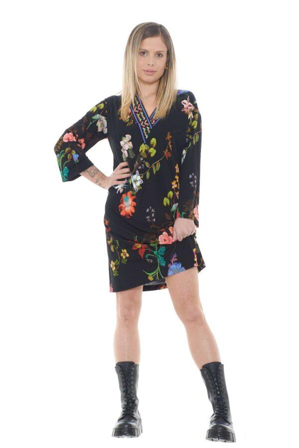 Un abito lungo decorato da una splendida fantasia floreale, per un tocco di colore e stile, quello proposto da Etro per la collezione primavera estate. Da indossare con sandali o tacchi, per un look slanciato e chic.