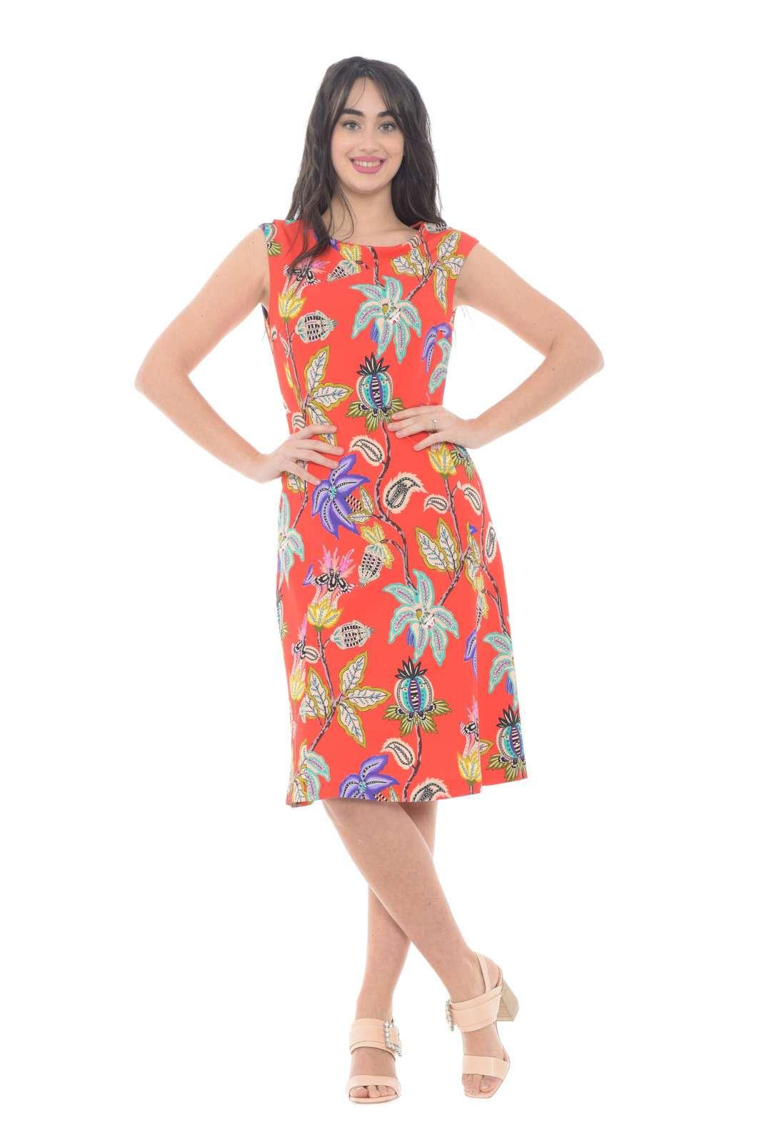Un abito di classe quello firmato Etro, perfetto per la donna che ama stile contemporaneo e cura dei dettagli. La fantasia colorata e vivace, lo rende perfetto per look estivi accesi e trendy. Da abbinare ad un tacco, per outfit glamour in ogni evenienza.