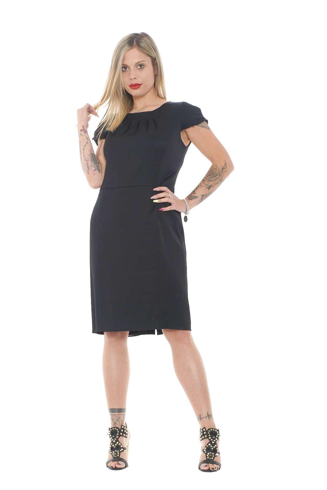 Un abito perfetto per le tue serate più chic, firmato Etro. Abbinato ad un tacco, renderà il tuo aspetto più slanciato, oltre che femminile e alla moda. Il capo perfetto per la donna che ama essere sempre impeccabile.