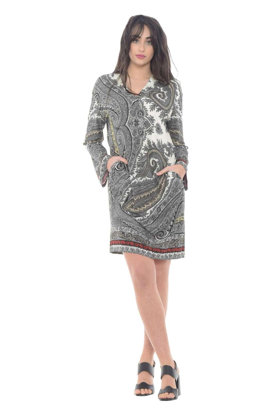 Stile e classicità, racchiusi in questo abito Etro, pensato per la primavera estate. Caratterizzato da una fantasia in contrasto di colore dallo stile unico, che regala carattere al capo. Per la donna che ama variare i propri look.