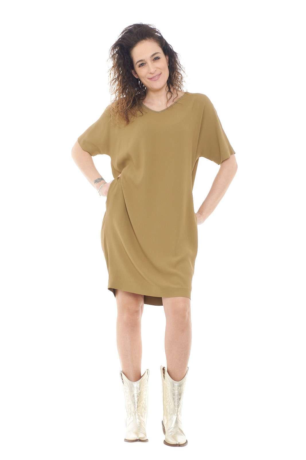 Un abito esclusivo, elegante e raffinato, firmato Fabiana Filippi. L'ideale per le evenienze più importanti, dive abbinato ad un tacco a spillo, slancerai la silhouette, per un aspetto sempre di tendenza.