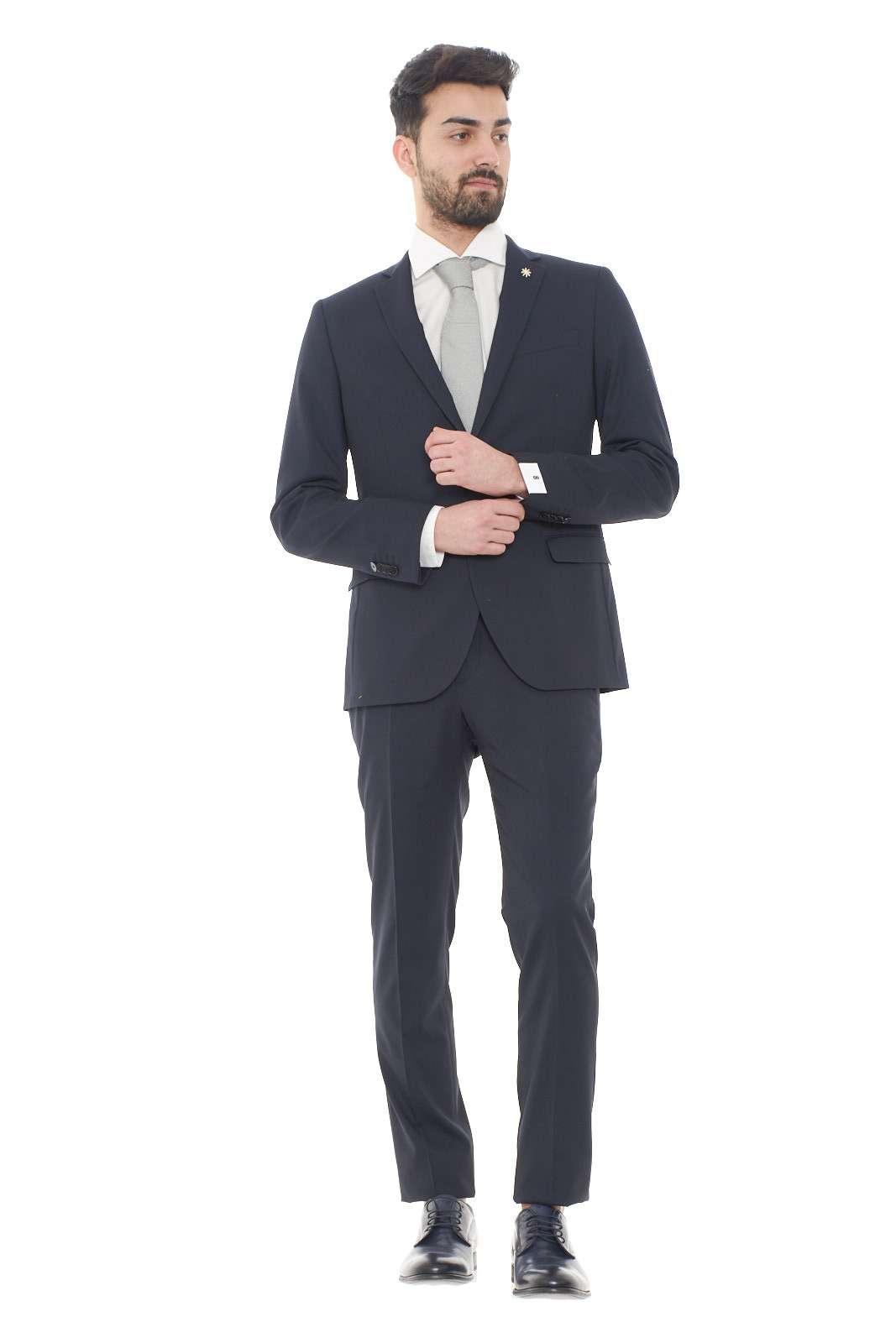 Un abito formale e affascinante quello firmato dalla collezione uomo Manuel Ritz.  La linea classica denota il look formale da indossare sia per importanti occasioni di lavoro che per cerionie.  La vestibilità slim esalta la silhouette per un risultato elegante e glamour.