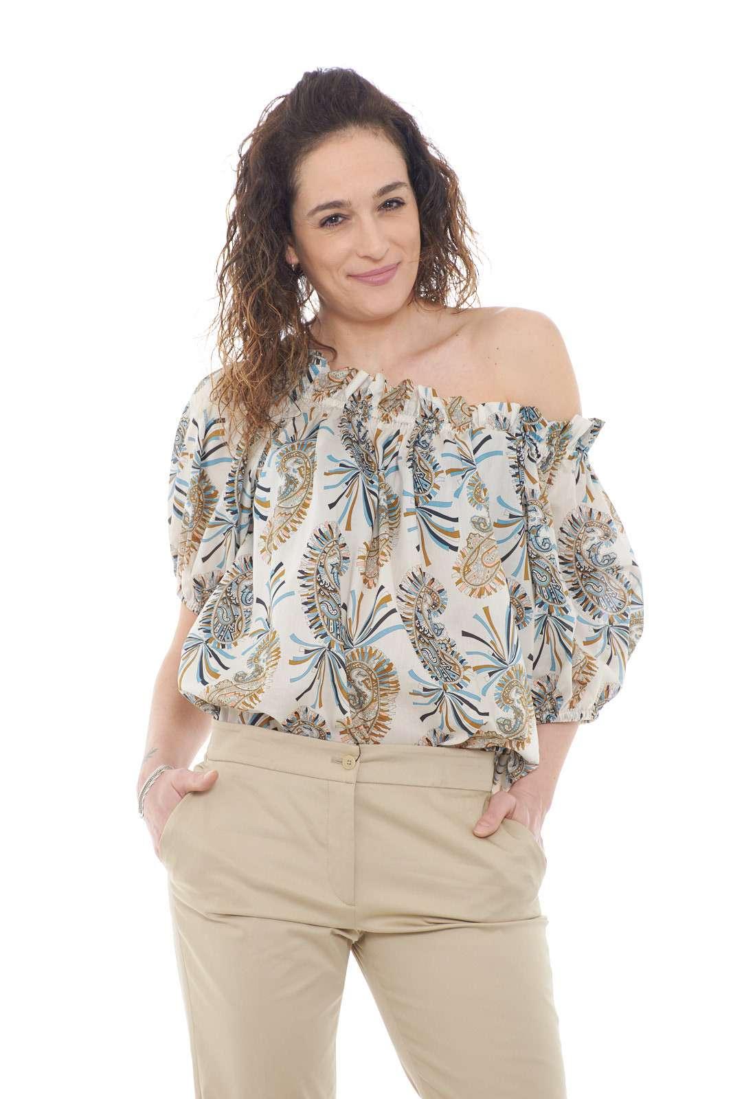 Una blusa chic e giovanile, perfetta per outfit primaverili sgargianti e alla moda. Le spalle scese, sono il tocco che rendono la blusa iconica e attuale, unita poi alla fantasia multicolor, regaleranno stile ad ogni look.