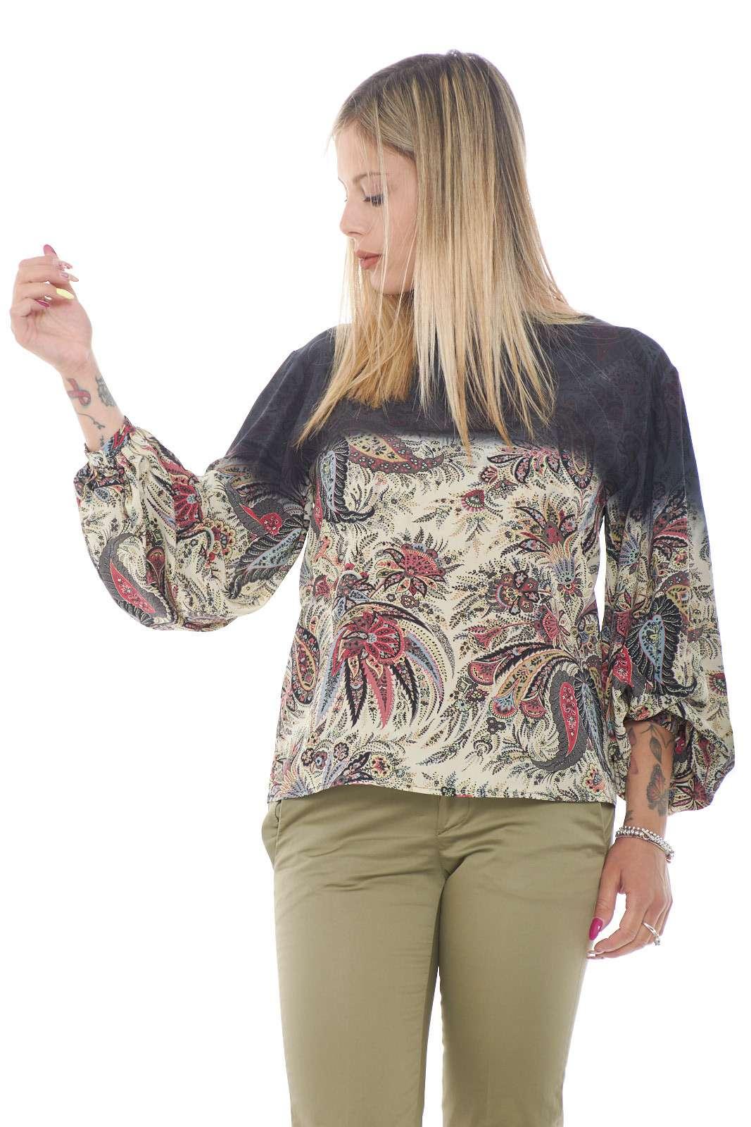 Una blusa in seta morbida ed elegante, firmata Etro. Perfetta per outfit classici e formali, da sfruttare per le occasioni più esclusive. Per la donna che ama i capi curati e chic.