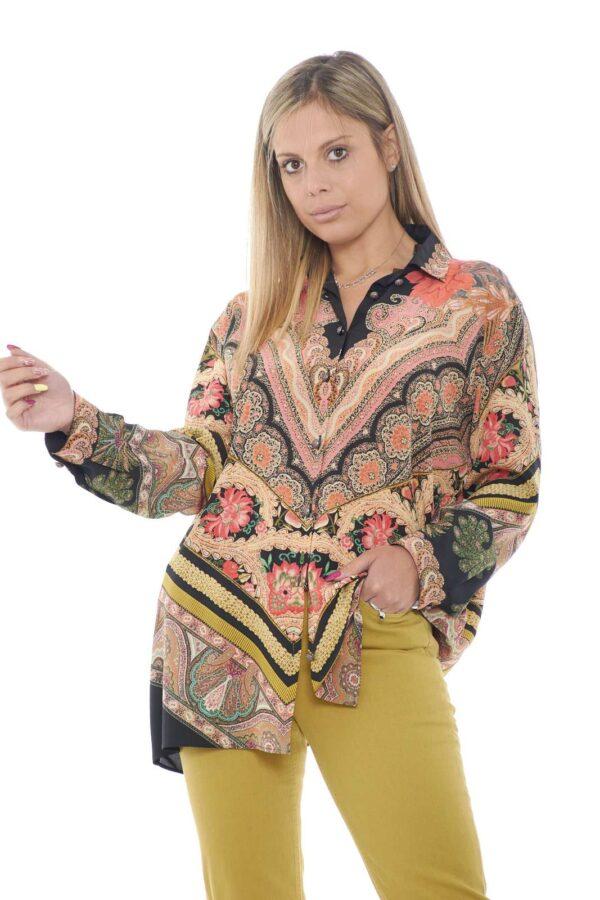 Una camicia di classe, firmata Etro. Interamente realizzata in seta, per un look fresco e leggero, impreziosita da una fantasia ricca di colori, per un outfit sempre al passo con la moda.