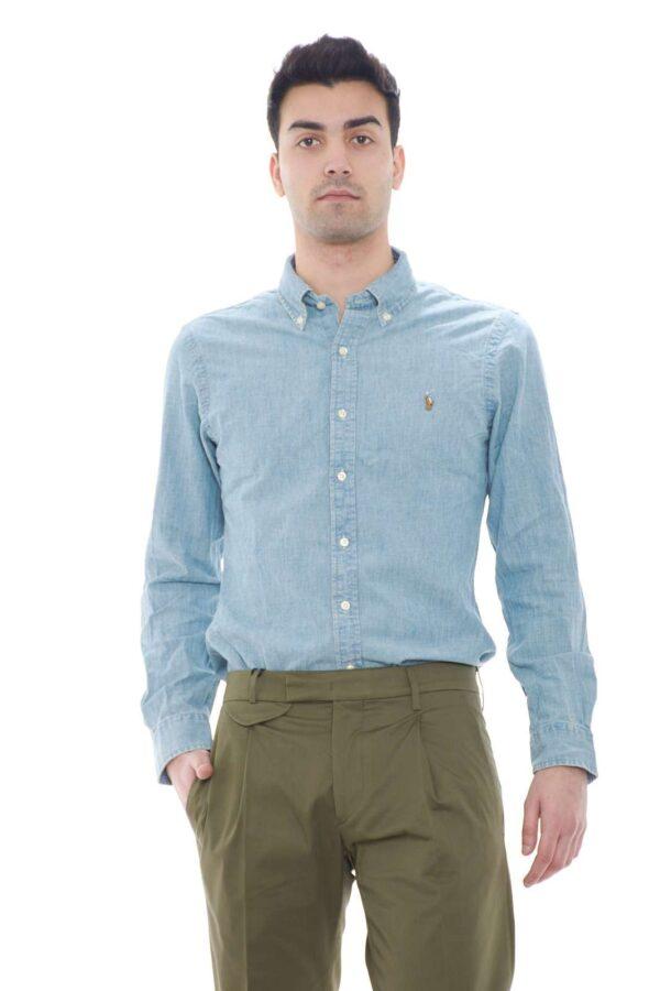 Un vero e proprio essential la camicia in denim proposta per la collezione uomo Polo Ralph Lauren.  Da indossare con un jeans o con un bermuda, completa il look con stile ed eleganza.  Un evergreen del guardaroba di ogni uomo.