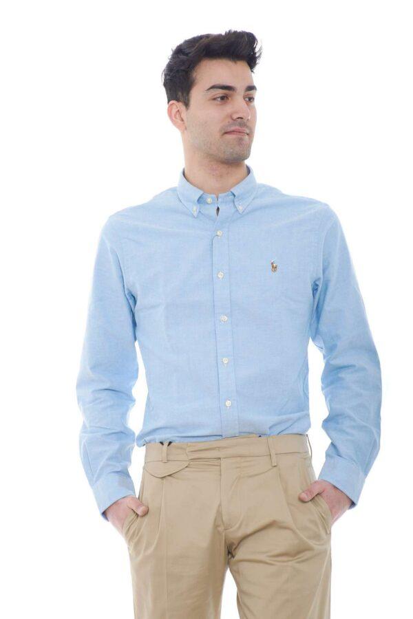 Un grande classico la camicia in cotone in microlavorazione firmata Polo Ralph Lauren. Da indossare sia con un jeans che con un pantalone, conquista sia per i look casual che più impegnati. Un must della collezione uomo dall'iconico collo botton down e dal cannello posteriore.