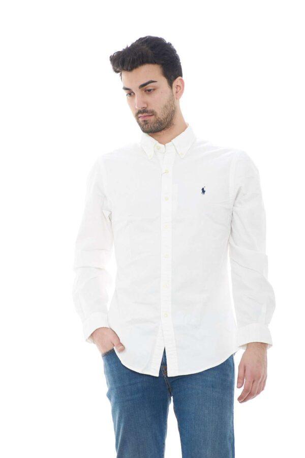 Scopri la camicia uomo in cotone firmata dalla collection uomo Polo Ralph Lauren. Da indossare con un jeans o con un pantalone è un'icona senza tempo. Il collo botton down e il cannello posteriore sono una caratteristica imprescindibile di questo capo