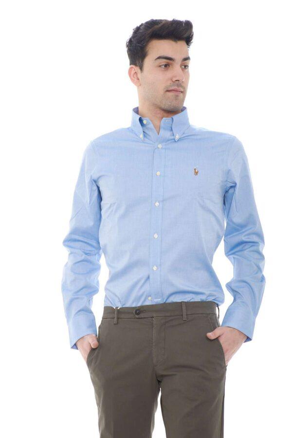 Una camicia dedicata ai look più formali quella proposta dalla new collection uomo Polo Ralph Lauren. Il collo botton down e la vestibilità slim fit donano quel tocco stiloso per gli outfit ricercati. Il tessuto in cotone è impreziosito dalla fantasia microlavorata.