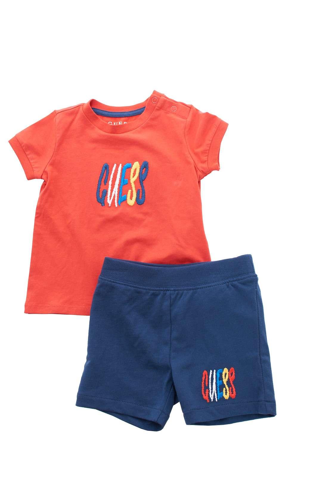 Un completo versatile, curato e al passo con le tendenze, firmato Guess da bambino.  L'ideale da indossare per la sua routine, dalla scuola, agli impegni pomeridiani, per outfit semplici e poco elaborati.