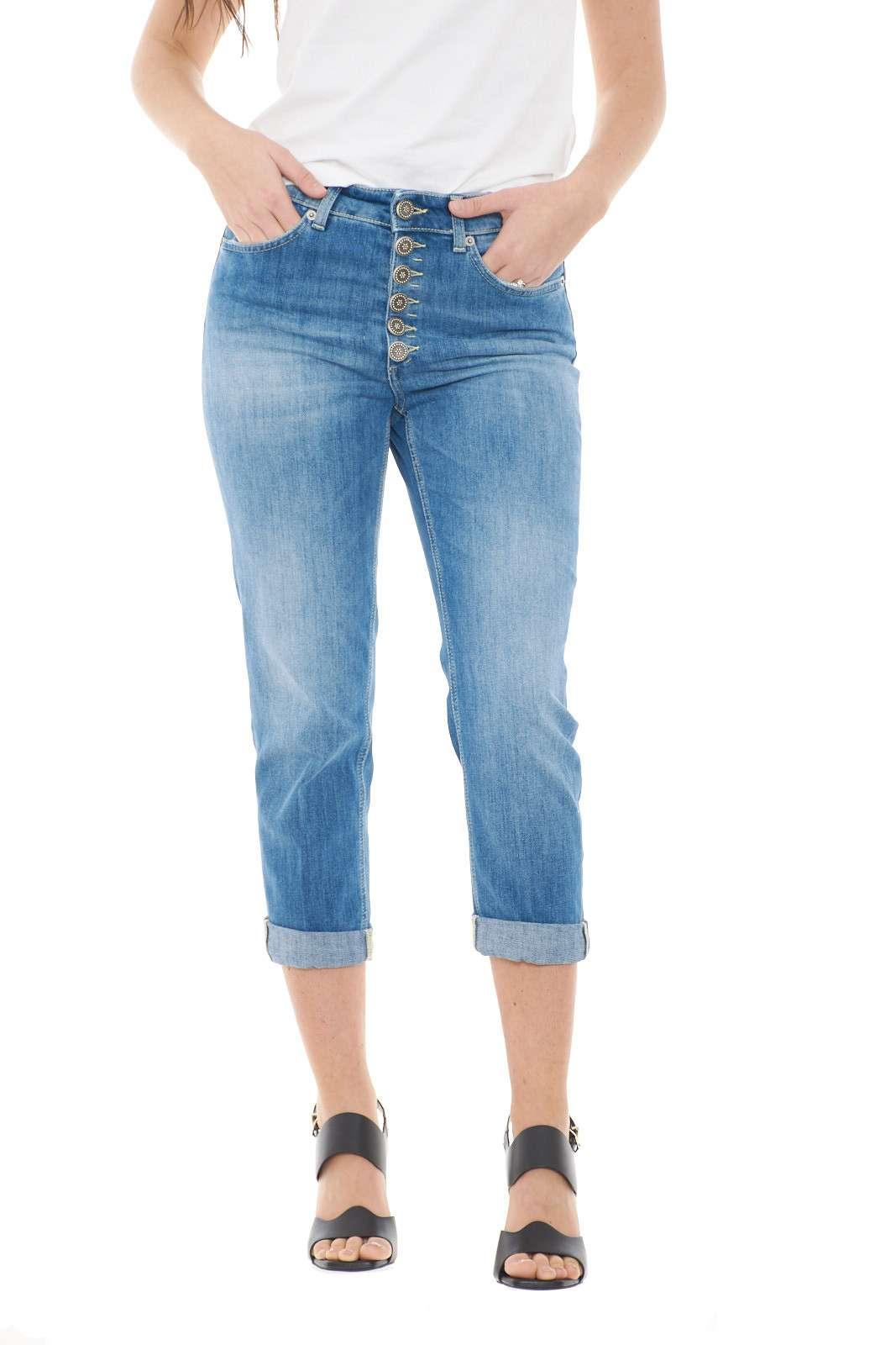 Lasciati affascinare dal nuovo jeans iconico Koons Gioiello firmato dalla collezione donna Dondup. Un tessuto con lavaggio medio dalla trendy vestibilità loose perfetto da abbinare con gli outfit più glamor. I bottoni gioiello ne impreziosiscono il look per un risultato unico.