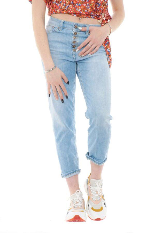Un jeans trendy e comodo il nuovo Koons donna proposta dalla collection Dondup. La vita regolare è esaltata dalla bottoniera gioiello dall'iconico stile del brand. La vestibilità loose li rende comodi e di chiara tendenza, perfetti con bluse o top, sono un must have della stagione primavera estate.