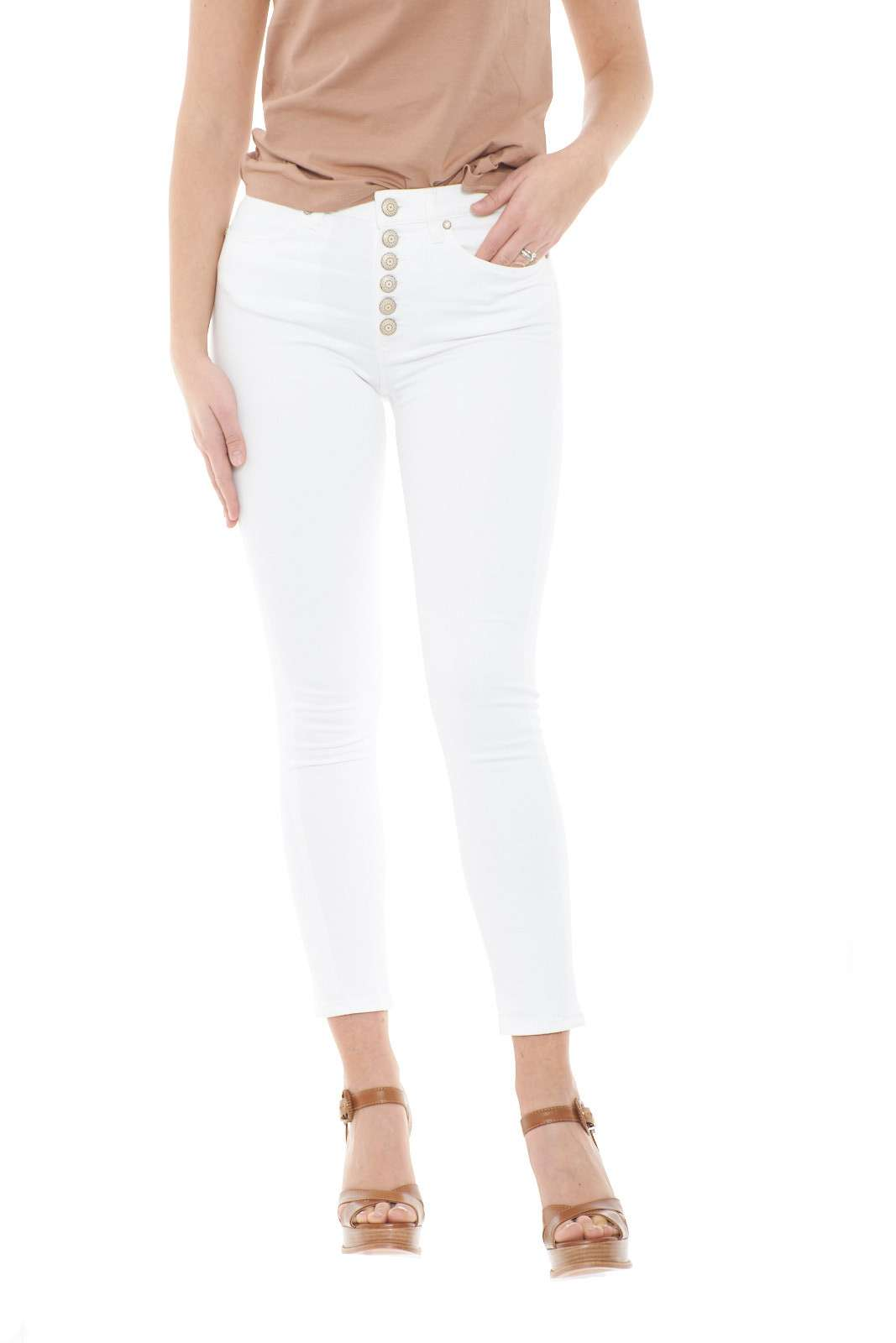 Lasciati conquistare dal nuovo jeans donna Iris in bull stretch denim firmato dalla collezione primavera estate di Dondup. caratterizzato dalla vita alta e dall'iconica bottoniera con bottoni gioiello, si impone per stile e comodità. La vestibilità extra skinny definisce la silhouette e li rende preziosi e versatili.