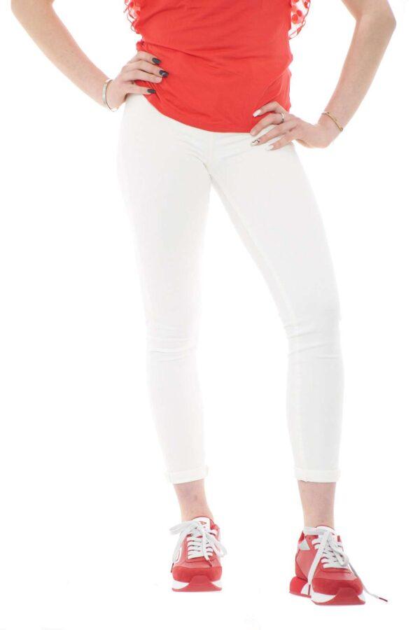 Un jeans moderno e femminile, perfetto per outfit quotidiani, trendy e alla moda. La vestibilità skinny high, fa risaltare con stile la silhouette, per un total look sempre impeccabile.